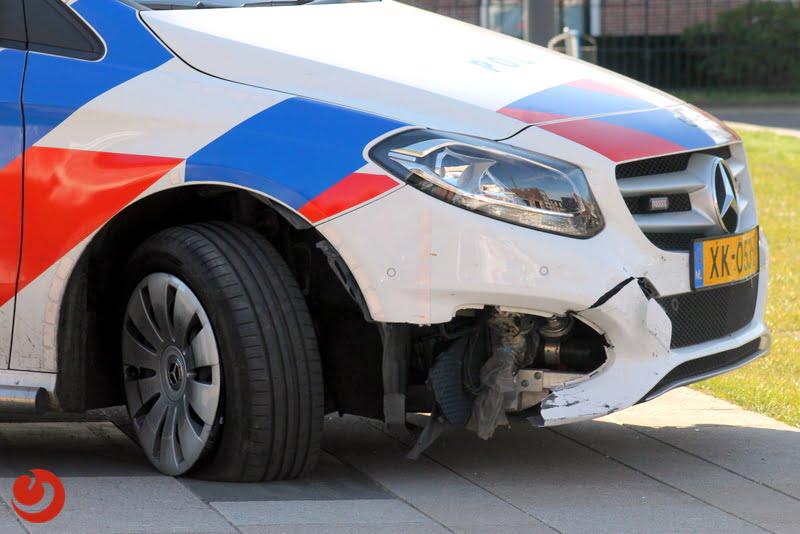Schade aan politieauto na botsing met bankje.